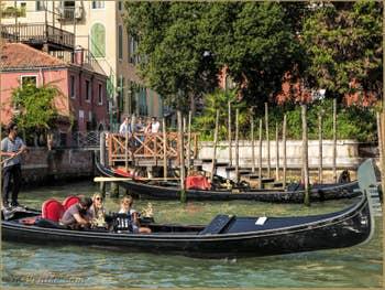 Gondoles sur le Grand Canal de Venise à l'Accademia.