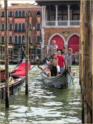 Les Gondoles du Traghetto de Santa Sofia face au Rialto à Venise.