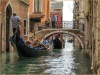 Gondoles devant le pont de San Provolo à Venise