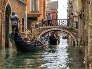 Gondoles devant le pont de San Provolo, dans le Castello à Venise.