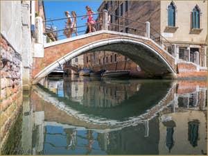 Sous le pont de le Turchete Rio de Malpaga dans le Dorsoduro à Venise.