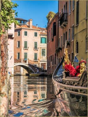 Gondole sur le Rio Santi Apostoli, dans le Cannaregio à Venise.