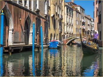 Gondole sur le Rio de la Fava devant le palazzo Giustinian Faccanon, à Saint-Marc à Venise.