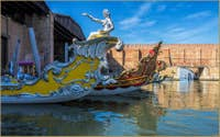 Les barques de la Regata Storica dans l'Arsenal de Venise