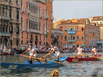 Régate Féminine à la Regata Storica sur le Grand Canal de Venise.