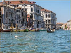 Gondole sur le Grand Canal à Venise.