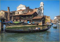 Gondole devant le Squero de San Trovaso à Venise