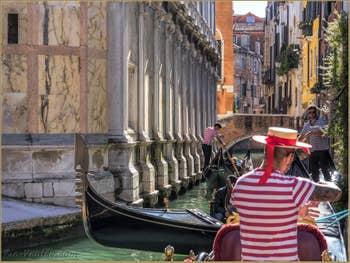 Gondoles et Gondoliers Rio dei Miracoli, dans le Cannaregio à Venise.