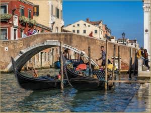 Gondoles et Gondoliers Rio dei Mendicanti, dans le Castello à Venise.