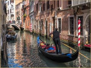 Gondole et Reflets Rio de la Fava dans le Castello à Venise.