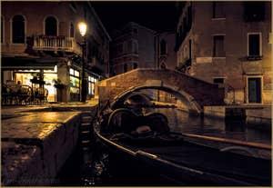 Venise la nuit : Gondole sur le Rio dei Miracoli, dans le Cannaregio à Venise.