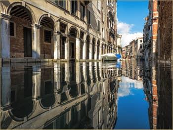 Reflets sur le Rio dei Santi Apostoli, dans le Cannaregio à Venise.