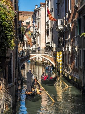 Gondoles sur le Rio Borgoloco le long du Palazzo Ruzzini, dans le Castello à Venise.