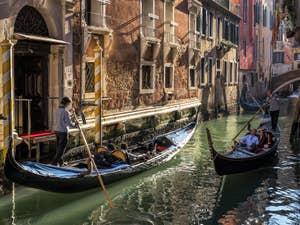 Gondoles Rio Borgoloco le long du palazzo Ruzzini, dans le Castello à Venise.