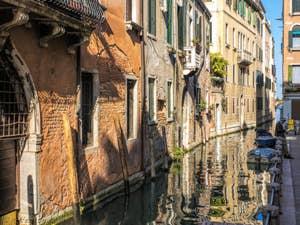 Reflets sur le Rio de la Panada, dans le Cannaregio à Venise.