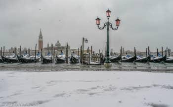 Neige et Acqua Alta, les gondoles de Saint-Marc à Venise.