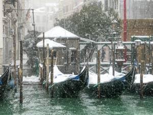 Gondoles du Traghetto de Santa Maria Zobenigo sous la neige à Venise.