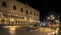 Le Palais des Doges la nuit à Venise