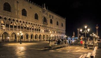 Le Palais des Doges la nuit à Venise.