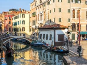 Gondoles sur le Rio del Mondo Novo, dans le Castello à Venise.