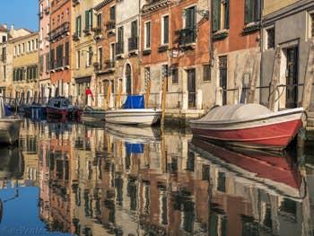 Reflets vénitiens sur le Rio delle Eremite, le long de la Fondamenta de Borgo, dans le Dorsoduro à Venise..