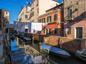 Lessive Vénitienne au Rio Riello, dans le Castello à Venise.