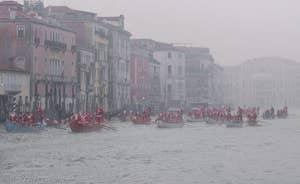 Pères Noël sur le Grand Canal à Venise.