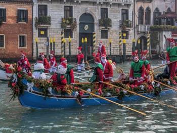 Les Rennes du Père Noël sur le Grand Canal de Venise.