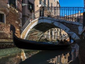 Gondole sur le Rio de San Severo, dans le Castello à Venise.