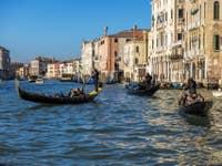 Gondoles et Sandolo sur le Grand Canal de Venise