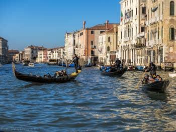 Gondoles et Sandolo sur le Grand Canal de Venise.