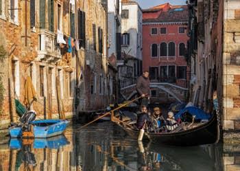 Gondole sur le Rio di San Boldo, à Santa Croce à Venise.