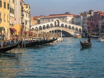 Gondole devant le pont du Rialto à Venise.