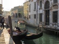 Gondoles sur le Rio de San Vio à Venise