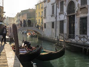 Gondoles sur le Rio de San Vio, dans le Dorsoduro à Venise.