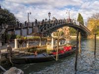 Gondole au pied du pont de l'Accademia à Venise