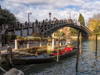 Gondole au pied du pont de l'Accademia, dans le Dorsoduro à Venise.