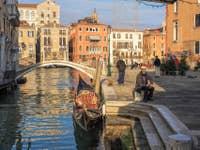 Gondole et Gondolier à San Vio à Venise