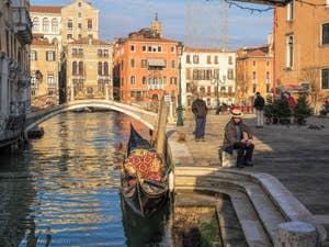 Gondole et Gondolier Campo San Vio, dans le Dorsoduro à Venise.