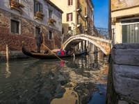 Gondole devant le pont del Savio à Venise