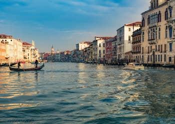 Le Traghetto de San Tomà sur le Grand Canal de Venise.