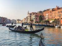 Gondoles sur le Grand Canal de Venise
