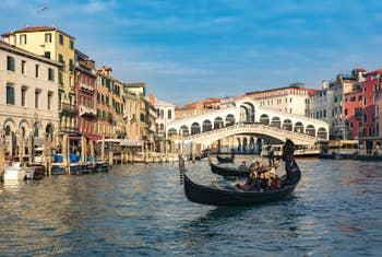 Gondoles devant le pont du Rialto à Venise.