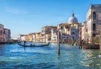 Gondole devant l'église de San Geremia à Venise