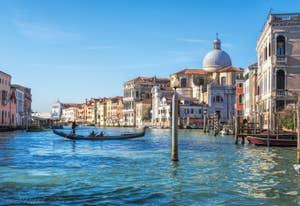 Gondole devant l'église de San Geremia, dans le Cannaregio à Venise.