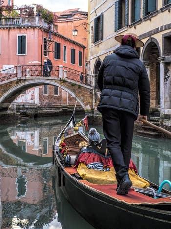 Gondole sur le Rio dei Santi Apostoli, dans le Cannaregio à Venise.