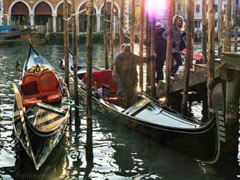 Gondoles au Traghetto de Santa Sofia à Venise.