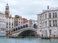 Gondoles sur le Grand Canal au pont du Rialto à Venise