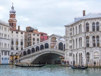 Gondoles sur le Grand Canal au pont du Rialto à Venise.