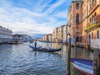Gondole sur le Grand Canal devant le marché du Rialto à Venise